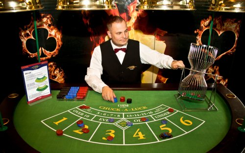 Chuck-A-Luck Croupier in Aktion